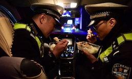 """เร็วและเรียบง่าย """"มื้ออาหารส่งท้ายปี"""" ของตำรวจ ผู้ไม่มีโอกาสได้กลับบ้านช่วงตรุษจีน"""