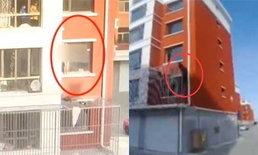 ระทึก! หญิงป่วยซึมเศร้า เปลือยกาย-คิดสั้น ตำรวจปีนตึกมือเปล่าช่วยไว้ทัน
