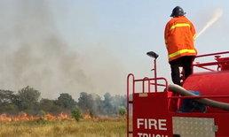 เจออีก! ชาวบ้านลักลอบจุดไฟเผาหญ้าข้างทาง เจ้าหน้าที่เตือนผิดกฎหมาย