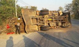 ล้อหลังระเบิดคู่! รถบรรทุกอ้อยกว่า 10 ตันเสียหลักพลิกคว่ำ คนขับเจ็บ