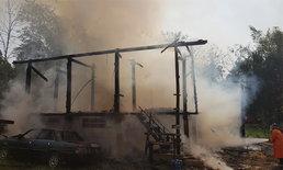 ไฟไหม้บ้านพ่อเฒ่าวอดทั้งหลัง เคราะห์ดีชาวบ้านอุ้มวิ่งหนีตายหวิดดับคากองเพลิง!