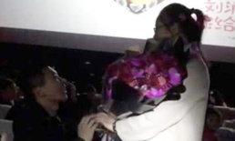 """น่ารัก ทหารหนุ่มขอแต่งงานในโรงหนัง ประหม่าจัดสวมแหวนก่อนถาม """"สมัครใจไหม"""""""
