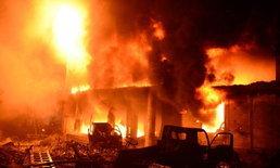 """ไฟไหม้อาคารกลางย่านเมืองเก่าของกรุงธากา """"บังกลาเทศ"""" สังเวยแล้ว 78 ศพ"""