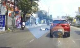 """เดือดร้อนชาวบ้าน! วัยรุ่นโชว์เก๋า """"ยกล้อ"""" เสียหลักล้ม เฉี่ยวรถส่งแก๊สถังร่วงตกกลางถนน"""
