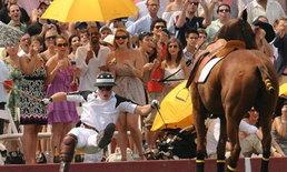 หวาดเสียว! เจ้าชายแฮร์รี่ ตกม้ากลางฝูงประชาชน