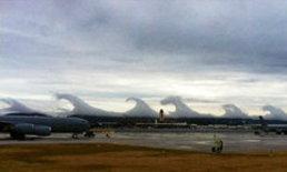 หาดูยาก! เมฆก่อเป็นรูปคลื่นยักษ์สึนามิ