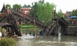 สะพานตลาดน้ำอโยธาถล่ม นักท่องเที่ยวตกน้ำจ๋อม