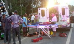 คนงานพม่าเหมารถไหว้พระใหญ่  ยางหน้าระเบิดชนเสาไฟเจ็บอื้อ