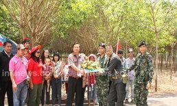 แดงสุรินทร์ให้กำลังใจทหารไทยปราสาทตาควาย