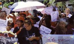 เสื้อแดงบุกไทยรัฐ ไม่พอใจ ชัย ราชวัตร โพสต์หมิ่นนายกฯ ปู