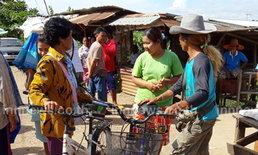 แรงงานพม่าสหฟาร์มขายรถจักรยานก่อนกลับ