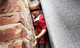 เด็กจีนร้องโฮ! เล่นซนติดซอกกำแพงกว่า 2 ชั่วโมง