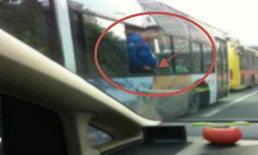 ชาวเน็ตจีนสวดยับ ชายยืนฉี่ออกนอกหน้าต่างรถเมล์