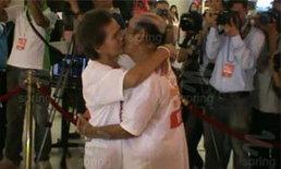 ฮือฮา!คู่รักชราวัย 70 กว่า ท้าชนจูบมาราธอน