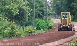 ทหารพัฒนาช่วยซ่อมถนนให้ชาวสกลฯ