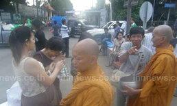 พระสงฆ์ไทย-พม่านับพันรูปเดินรับบิณฑบาต