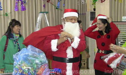 ผอ.ร.พ.แต่งชุดซานตาคลอสแจกของขวัญ