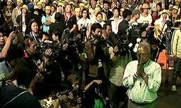 สุเทพนำกปปส.จุดเทียนไว้อาลัยประคองชูจันทร์