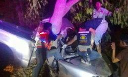 กระบะซิ่งฝ่าฝนแหกโค้งชนต้นไม้ตายยกครัว6ศพเจ็บ1