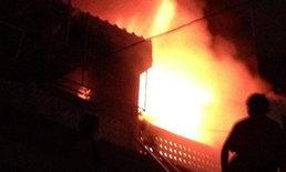 ไฟไหม้ดาดฟ้าอาคารพาณิชย์ 4 ชั้น ไร้คนเจ็บ