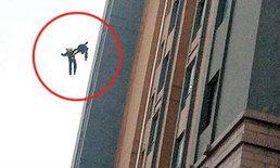 เศร้า! นักดับเพลิงจีนจับมือดิ่งตึก 13 ชั้น ตายในหน้าที่
