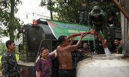ทหารระดมออกจ่ายน้ำดื่มก่อนวันหยุดสงกรานต์