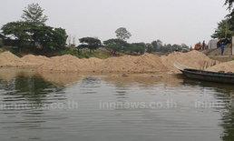 ตากแล้งจัดแม่น้ำเมยแห้งขอดกระทบเรือขนสินค้า