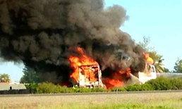 รถบรรทุกชนบัสนศ.ไฟท่วมดับ10เจ็บกว่า30
