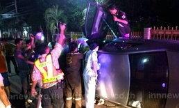 หนุ่มวัย 37 ขับเก๋งปีนฟุตปาธพลิกคว่ำเจ็บสาหัส
