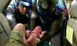 ชื่นชม! ตำรวจจราจรทำคลอดทารกบนแท็กซี่