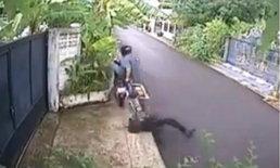 อุทาหรณ์! โจรกระชากกระเป๋าโหด ลากเหยื่อไปบนถนน
