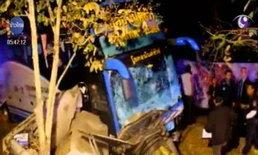 รถทัวร์ชนกระบะตกร่องกลางถนนเพชรเกษม หวิดตายหมู่