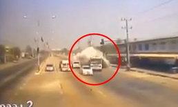 วินาทีสยอง! สิบล้อพุ่งชนท้ายรถพ่วง นครปฐม ตาย 3 ศพ