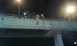 นาทีชีวิต สาวตุ้งติ้งวัย 18 ปี หวิดโดดสะพานลอย