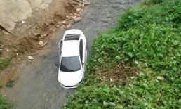 พวงมาลัยรถขัดข้องพุ่งตกสะพานลงน้ำเจ็บ 3