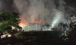 ไฟไหม้ระทึก ตึกศึกษาภัณฑ์เอกมัย ถ.สุขุมวิทจราจรหนึบ