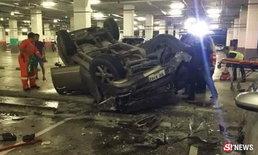 กระบะพุ่งตกลานจอดรถ ห้างดังเชียงใหม่กลางดึก บาดเจ็บ 2