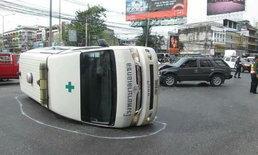 ใครผิด? รถพยาบาลเปิดไซเรนฝ่าไฟแดง กระบะไม่เบรกพุ่งชนโครม