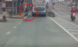 ตามล่ารถบัสฝาเก็บช่องท้ายเปิด เกี่ยวคนกวาดถนนล้มเจ็บ