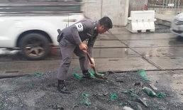 ทำดีต้องแชร์! ตำรวจจับพลั่วกลบหลุมถนนเอง แก้ปัญหาจราจรติดขัด