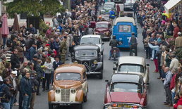 รถโบราณสุดหรูรวมตัวกันใจกลางเมืองฝรั่งเศส