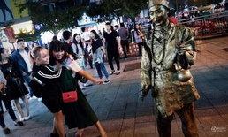 หนุ่มเมืองจีนแต่งตัวเป็นรูปปั้นพระจี้กง ยืน 2 ชม. มีรายได้เป็นหมื่น