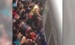 ภาพสะพรึง! อินเดียแย่งขึ้นรถไฟ สาวพลาดล้มมุดใต้ท้องรถ