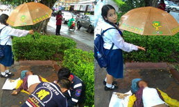 ทำดีต้องชม เด็กนักเรียนจิตใจงาม ยืนกางร่มให้คนประสบอุบัติเหตุ