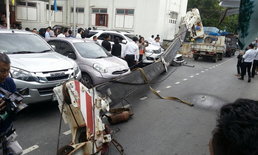 เครนก่อสร้างตึกไทยคู่ฟ้าล้มทับรถเก๋ง เจ็บ 1