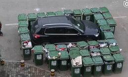 จอดรถไม่ดู! พนง.เก็บขยะเข็นถังขยะนับ 40 ถัง วางรอบรถ