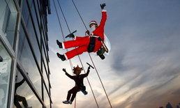 ต้อนรับคริสต์มาส มนุษย์แมงมุมใส่ชุดซานต้ากับกวางเรนเดียร์ป่ายปีนเช็ดกระจกห้างดังในญี่ปุ่น