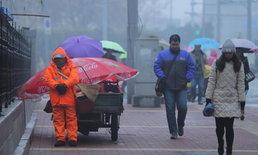 เห็นใจ! คนงานเก็บขยะกอดไม้กวาดกับบุ้งกี๋ ยืนหลับกลางฝนแทรกหิมะ