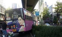 รถเมล์สาย 40 เบรกแตก พุ่งชนรถ 4 คันรวด ย่านสุขุมวิท