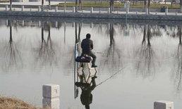 อึ้งทั้งเมือง ชายนั่งตกปลากลางแม่น้ำ ไม่หวั่นอากาศหนาวศูนย์องศา